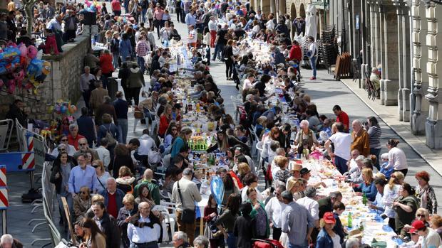 Avilés ha llevado hoy su tradicional Comida en la Calle al Libro Guinness de los Récords al reunir en el 25 aniversario del evento a 11.836 comensales sentados a la mesa de forma simultánea, según han corroborado cinco notarios