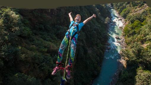 Salto sobre el río Bhote Kosi