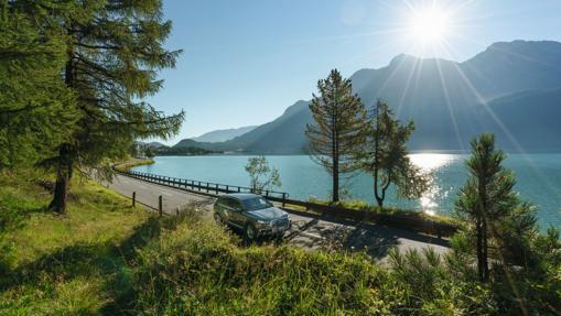 La Gran Ruta de Suiza recorre los paisajes más bellos de Suiza. En la imagen, la carretera a su paso por el lago de St. Mortiz