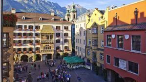 El casco medieval más imponente de los Alpes rodeado de montañas