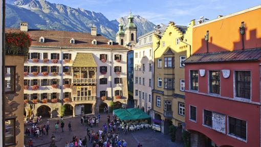 Centro histórico de Innsbruck, con las grandes montañas como telón de fondo