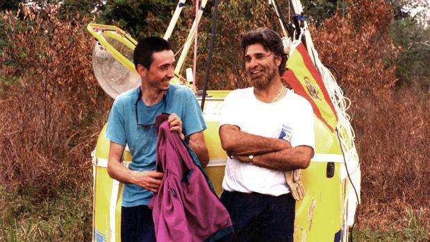 Jesús González Green, a la derecha, acompañado de Tomás Feliú, al final de su aventura en globo en 1992