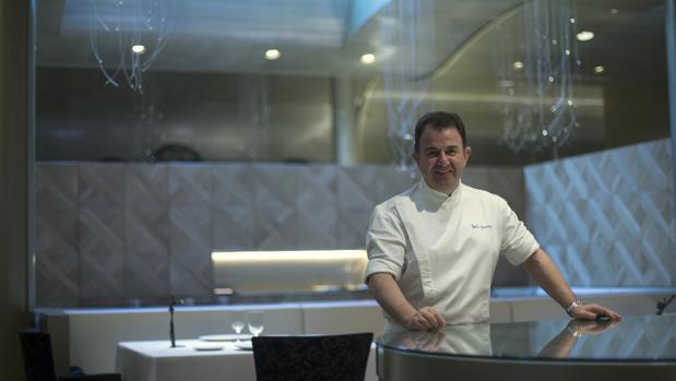 Martín Berasategui posa en el restaurante Lasarte de Barcelona después de haber sido galardonados con tres estrellas Michelin