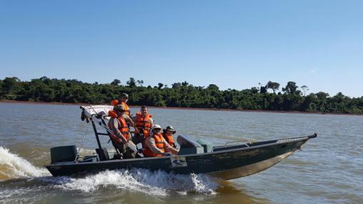 Guardia forestal haciendo patrullaje por agua - Reserva Biológica Limoy - Reserva de Biosfera de Itaipú (Paraguay)