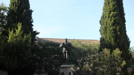 Estatua de Garcilaso de la Vega en la Plaza de San Román