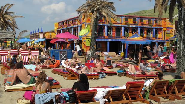 Un grupo de turistas toma el sol en la playa de Zandvoort, a pocos minutos de Ámsterdam