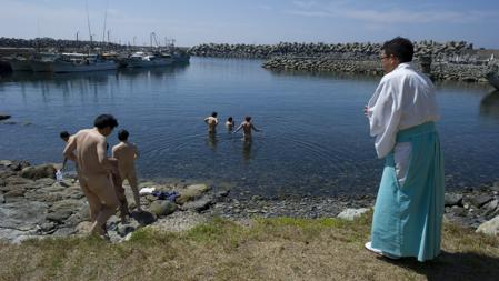 El sacerdote Sadoharu Nagatomo guía a un grupo de hombres en su proceso de purificación antes de entrar a la isla de Okinoshima