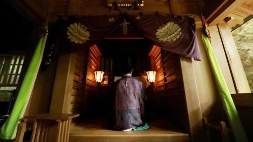 Sacerdote shintoista en plena oración en la isla de Okinoshima