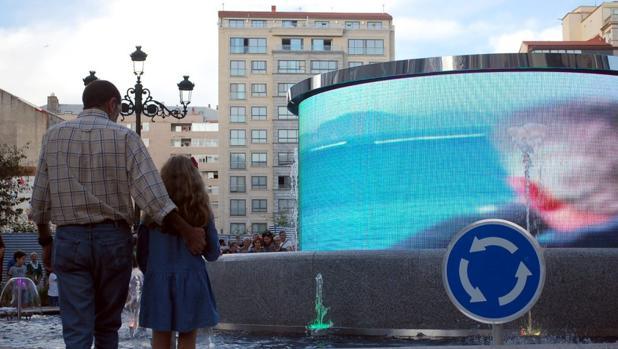 Rotonda con pantalla LED, en Vigo