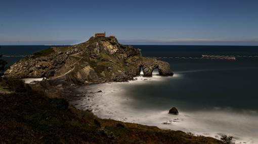 Vista nocturna del islote donde se construyó la ermita de San Juan de Gaztelugatxe