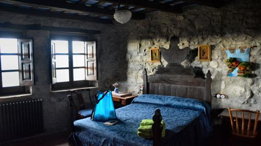 Una de las habitaciones del castillo de Llaés, hoy casa rural