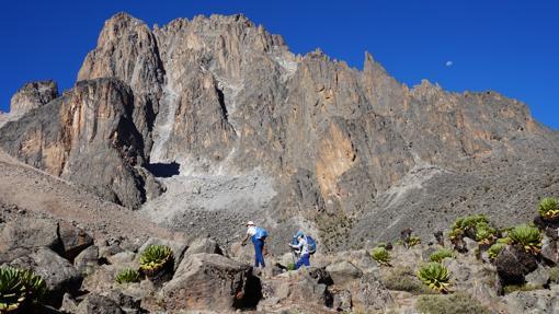 Dos montañeros ascienden hacia Lenana Point, en el Monte Kenia