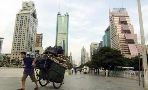 Modernos rascacielos conviven con lo antiguo en Shenzhen, China