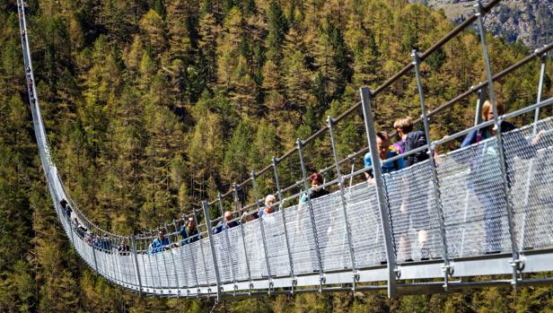 Vista del puente colgante «Europabruecke» de Suiza