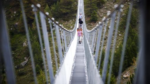 Turistas en el nuevo puente abierto en Suiza, de 494 metros de largo