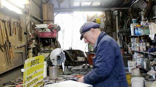 Bruno Ferrin trabajando en su taller