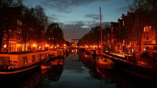 Canal de Ámsterdam de noche