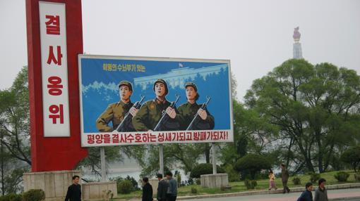 En Corea del Norte no hay vallas publicitarias, sino carteles de la propaganda por doquier
