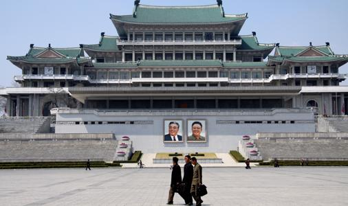 Al igual que el «Gran Hermano» de Orwell, pero en versión sonriente e idealizada por la propaganda, los retratos de los líderes están omnipresentes, como en la Plaza de Kim Il-sung