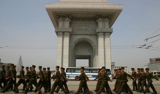 Soldados norcoreanos marchan bajo el Arco del Triunfo en Pyongyang, otra de las construcciones monumentales de la ciudad