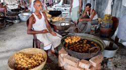 Cocinando para los menesterosos, en las calles de Calcuta