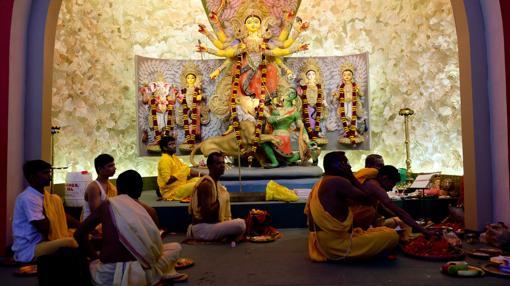 Sacerdotes efectuando una ceremonia en uno de los pandals