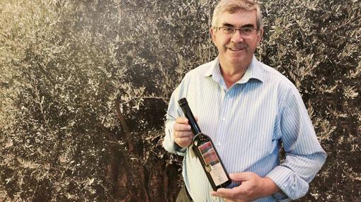 Francisco Serrano, presidente de Almazaras de la Subbética, con su aceite más premiado, en Agro Priego 2017