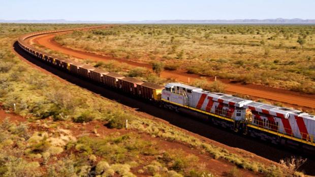 El tren de la compañía Rio Tinto en medio de los paisajes solitarios de Australia