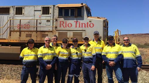 El equipo de Rio Tinto con la locomotora utilizada en este viaje autònomo en Australia