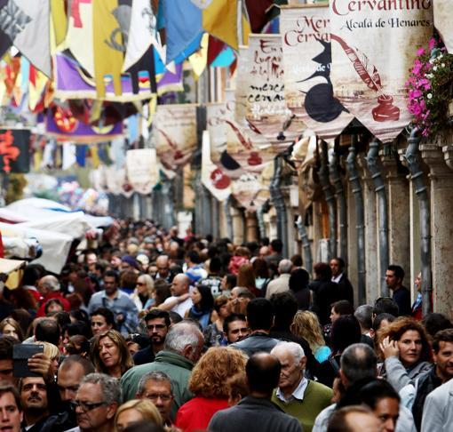 Calle Mayor, repleta de animación y de decoración cervantina