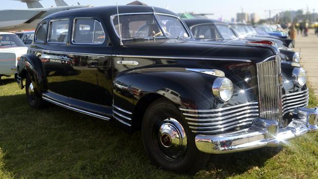 Uno de los coches que forman parte del festival Old Car Land, inaugurado en la capital ucraniana, que ha acercado al público las viejas y potentes berlinas que usaron dirigentes y altos mandos de la URSS, prototipos únicos al alcance de unos pocos y muy codiciados por los coleccionistas