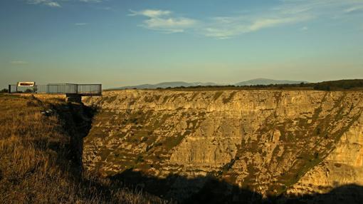 En la formación kárstica de Monte Santiago hay una amplia red de galerías, simas, dolinas, sumideros y surgencias de gran valor