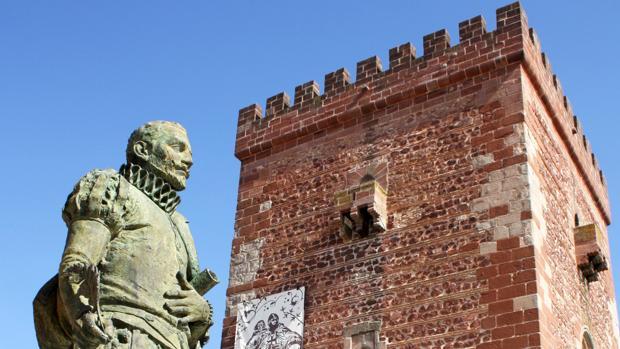 Estatua de Miguel de Cervantes, junto al Torreón de Don Juan José de Austria en Alcázar de San Juan