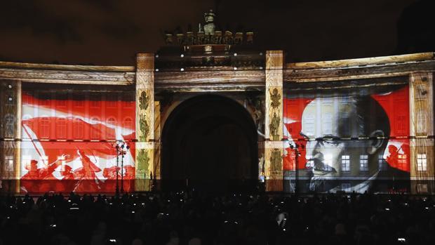 Proyecciones, con motivo de las celebraciones del centenario de la Revolución rusa, sobre el Palacio Dvortsovaya, en San Petersburgo, este fin de semana