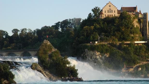 Vista de las cataratas y del castillo de Laufen en el Rin