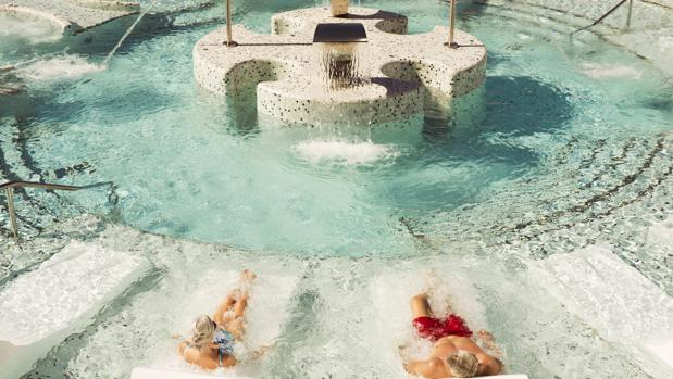 Una pareja disfruta del agua en el Hard Rock Hotel Tenerife