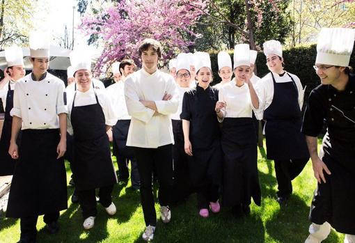 Jordi Cruz con su equipo, en el jardín de Abac