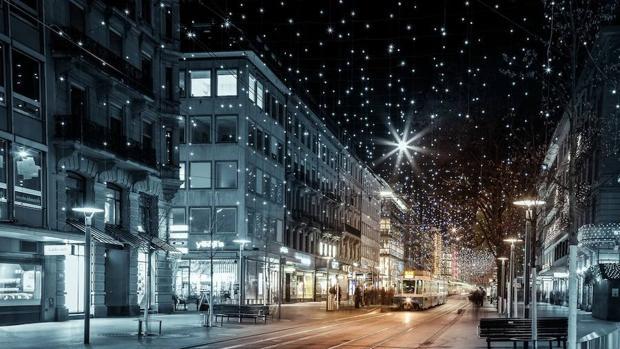 La iluminación navideña de Bahnhofstrasse, una de las calles más comerciales de Zúrich