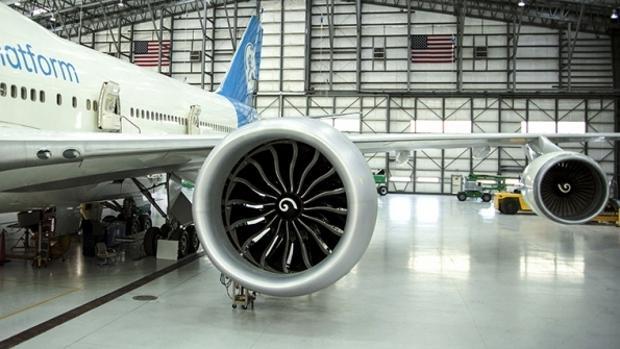 En la foto se aprecia la diferencia entre el motor GE9X y los que utiliza habitualmente un Boeing 747