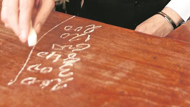 Pocos bares siguen usan la tiza para apuntar las cuentas
