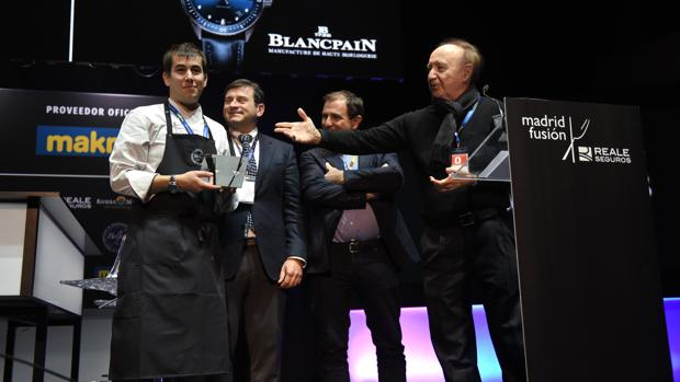 Nanín Pérez recibe el Premio de Cocinero Revelación 2018 de manos de José Carlos Capel, presidente de Reale Seguros Madrid Fusión