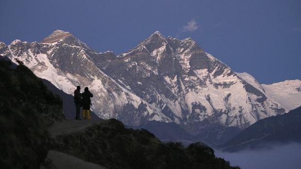 Dos viajeros disfrutan de la vista del Everest desde Syangboche, en Nepal