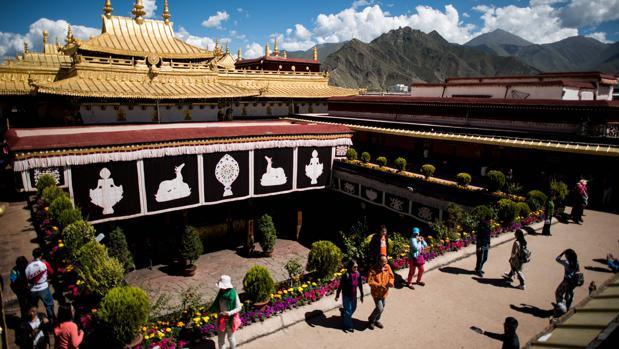 Esta foto de archivo tomada el 10 de septiembre de 2016 muestra a los turistas chinos en el techo del Templo Jokhang en Lhasa