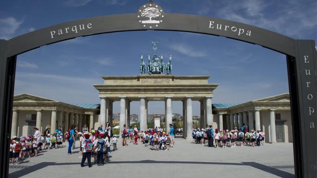 Entrada al Parque Europa, con la Puerta de Brandeburgo en primer término