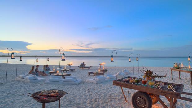 Pícnic en la playa en Mnemba Isla, la Isla del Millonario