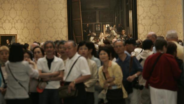 Un grupo de turistas frente a «Las Meninas» de Velázquez