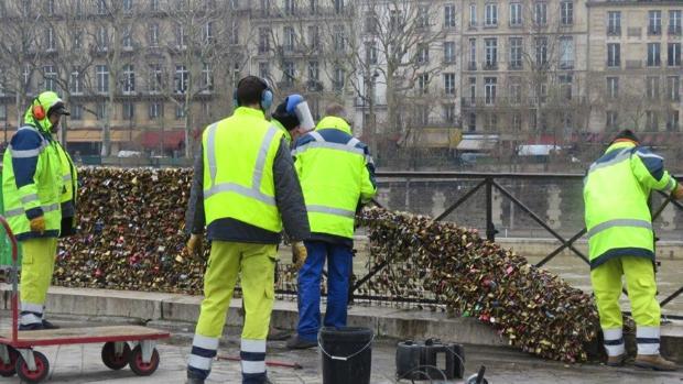 Retirada de los candados del Pont Neuf, en París