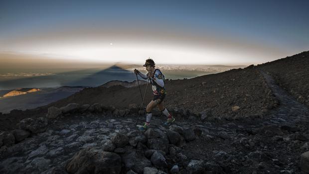 Tenerife es una isla que invita a caminar en rutas más fáciles, junto al mar, o más exigentes, cerca del Teide