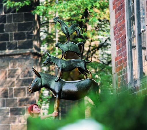 Bremen, la ciudad de los músicos de los hermanos Grimm. Los músicos de Bremen es una escultura de bronce de Gerhard Marcks, erigida en 1953 en el Ayuntamiento
