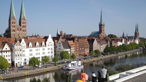 Vista de la catedral y el centro de Lübeck, con el característico color rojo de los ladrillos